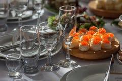 La tabla en el restaurante sirvió por un día de fiesta de la boda Imagen de archivo libre de regalías