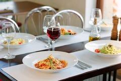 La tabla en un restaurante italiano sirvió con las pastas italianas fotos de archivo