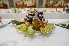 La tabla festiva servida de la barra de caramelo con las magdalenas se eleva y el amor es muestra dulce Fotos de archivo