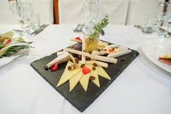 La tabla festiva servida de la barra de caramelo con las magdalenas se eleva y el amor es muestra dulce Imágenes de archivo libres de regalías
