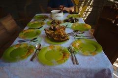 La tabla festiva, sirvió al pollo, a los mariscos y a los kebabs asados a la parrilla tabla fotografía de archivo libre de regalías