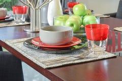 La tabla fijó en la mesa de comedor de madera en comedor moderno del estilo Imágenes de archivo libres de regalías