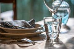 La tabla fijó para dinning con los platos blancos del porcelaine, vinta Fotografía de archivo