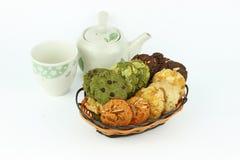 La tabla fijó para la merienda-cena con las galletas en el fondo blanco Fotografía de archivo libre de regalías