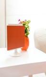 La tabla lateral decorativa puso con el mini marco de la foto imágenes de archivo libres de regalías