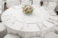 La tabla redonda del restaurante sirvió el lujo para una cena festiva Fotografía de archivo