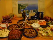 La tabla se preparó con mucha buena comida mediterránea para comer foto de archivo
