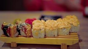 La tabla se sirve con un plato japon?s metrajes