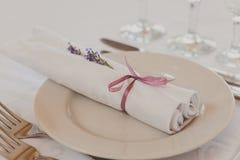 La tabla violeta de lujo fijó para una cena de boda Foto de archivo libre de regalías
