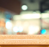 La tabla y el café de madera vacíos de la falta de definición encienden el fondo Exhibición del producto Imágenes de archivo libres de regalías