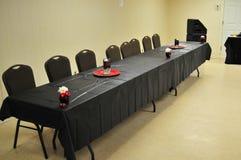 La tabla y las sillas se cierran para arriba Imagen de archivo libre de regalías