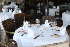 la table élégante avec les chaises en osier a servi au dîner en plein air images stock