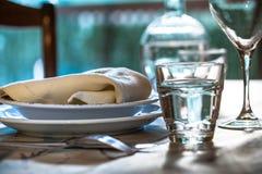 La table élégante a placé pour dinning avec les plats blancs de porcelaine, vinta photos libres de droits
