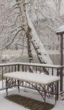 La table a été couverte de couche de neige photographie stock libre de droits