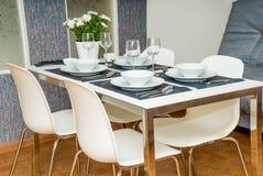 La table étendue dans la cuisine d'hôtel photos libres de droits