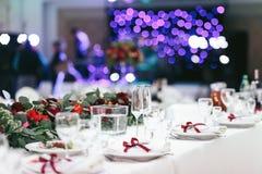 La table blanche a placé pour le dîner avec les verres à vin vides Photo libre de droits