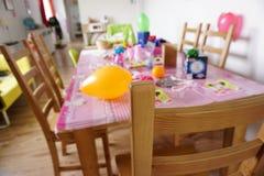 La table d'anniversaire célèbrent le jour heureux Image stock