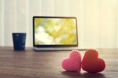 La table de bureau avec de beaux couples a tricoté la forme de coeur de tissu, h Images stock