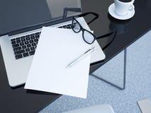 La table de bureau avec l'ordinateur portable et le livre blanc couvrent rendu 3d Photo stock