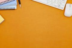 La table de bureau du lieu de travail d'affaires et des affaires objecte Photographie stock libre de droits