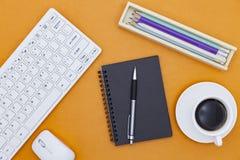 La table de bureau du lieu de travail d'affaires et des affaires objecte Photographie stock