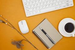 La table de bureau du lieu de travail d'affaires et des affaires objecte Image stock