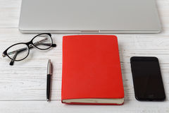 La table de bureau du lieu de travail d'affaires et des affaires objecte Lieu de travail moderne de bureau La photo avec l'espace Images libres de droits