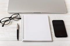 La table de bureau du lieu de travail d'affaires et des affaires objecte Lieu de travail moderne de bureau La photo avec l'espace Photos stock