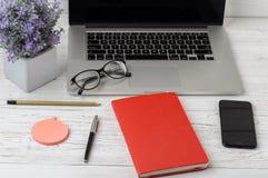 La table de bureau du lieu de travail d'affaires et des affaires objecte Lieu de travail moderne de bureau La photo avec l'espace Photos libres de droits