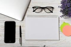 La table de bureau du lieu de travail d'affaires et des affaires objecte Lieu de travail moderne de bureau La photo avec l'espace Photo libre de droits
