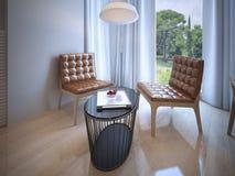 La table de Coffe avec des chaises s'approchent de la fenêtre panoramique Photographie stock