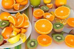 La table de cuisine a placé avec de divers types de fruit et de jus Photos libres de droits