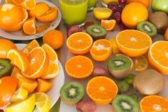 La table de cuisine a placé avec de divers types de fruit et de jus Images stock