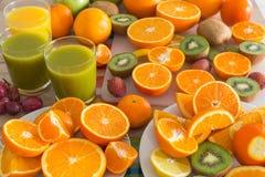 La table de cuisine a placé avec de divers types de fruit et de jus Photo stock