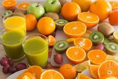 La table de cuisine a placé avec de divers types de fruit et de jus Image stock