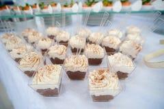 La table de fête servie de friandise avec des petits gâteaux dominent et l'amour est signe doux Images libres de droits