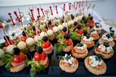 La table de fête servie de friandise avec des petits gâteaux dominent et l'amour est signe doux Image stock