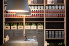 La table de fonctionnement avec les frais généraux et la décoration de lampes rayonne dans Image stock