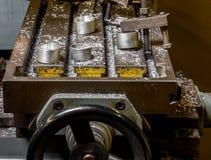 La table de fraisage des véhicules à moteur antique d'atelier de construction mécanique de vintage avec l'aluminium a usiné des c photo libre de droits