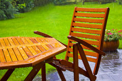 La table de jardin reste sous la pluie Images libres de droits
