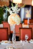 La table de mariage fleurit le décor photo stock