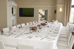 La table de mariage a placé pour des invités Photo libre de droits