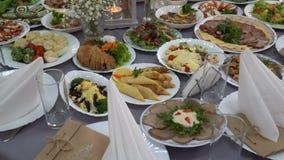 La table de mariage a servi avec un repas dans le restaurant banque de vidéos
