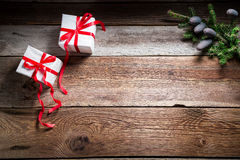 La table de Noël avec des cadeaux et la copie espacent comme fond Photos libres de droits