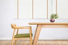 La table de salle à manger a placé avec la chaise dans la salle à manger confortable images libres de droits