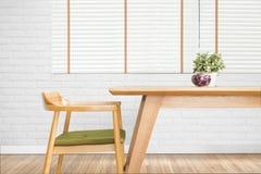 La table de salle à manger a placé avec la chaise dans la salle à manger confortable avec b blanc image stock