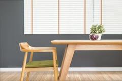 La table de salle à manger a placé avec la chaise dans le gre confortable de salle à manger et d'obscurité photographie stock libre de droits