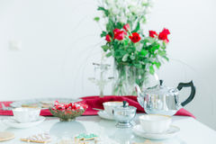 La table de thé, tasses de thé de porcelaine, pot argenté de thé, maison a fait des biscuits Image stock