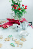 La table de thé, tasses de thé de porcelaine, pot argenté de thé, maison a fait des biscuits Photographie stock libre de droits