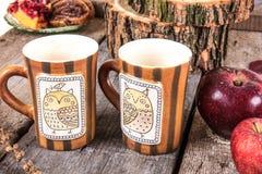 La table de vintage a placé avec des tasses de biscuits et de pommes de thé Photo stock